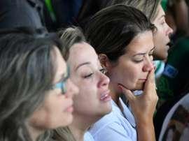 Familiares dos membros da Chapecoense choram pela perda.