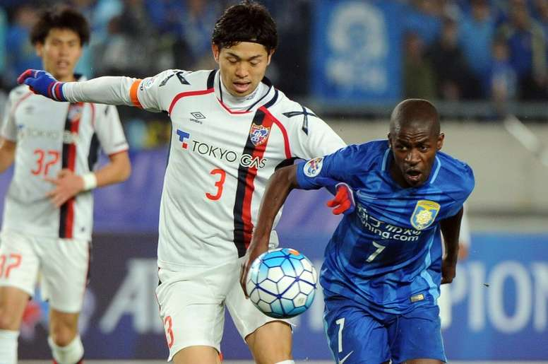 Morishige Masato (L) competes for the ball with Ramires Santos of Chinas Jiangsu FC during the AFC Champions League group stage football match in Nanjing, Chinas Jiangsu province on April 6, 2016