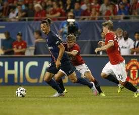 Schweinsteiger dá as boas-vindas a Ibrahimovic. AFP