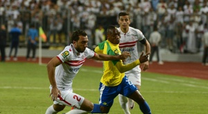 Sundowns midfielder Khama Billiat (R) and Zamaleks midfielder Ramzi Abd El-Hamid vie for the ball during the CAF Champions League final football match between Zamalek and Mamelodi Sundowns on October 23, 2016
