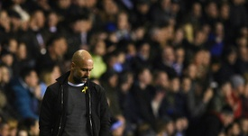Pep Guardiola volvió a lucir el lazo amarillo. AFP