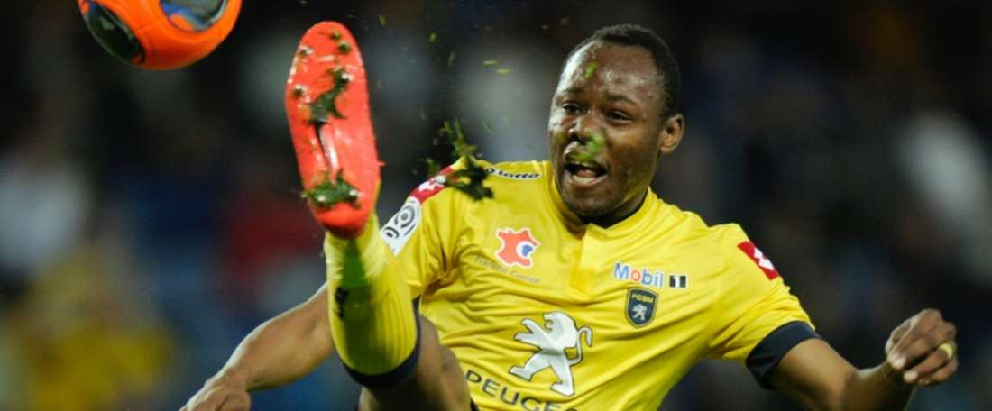 Sochauxs Zambian defender Stoppila Sunzu controls the ball during the French L1 football match between Sochaux (FCSM) and Toulouse (TFC) on April 12, 2014