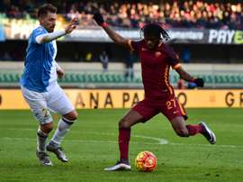 Roma forward Gervinho (R) fights for the ball with Chievo defender Fabrizio Cacciatore during the Serie A match at Bentegodi Stadium in Verona on January 6, 2016
