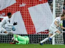 Kane aprovechó los errores de Lovren. AFP