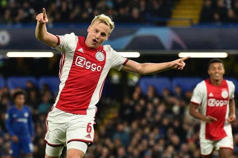 Van de Beek veut marcher sur les pas de ses maîtres néerlandais à Manchester United. Goal