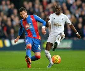 Modou Barrow disputa el balón con Joel Ward durante un partido de Premier League. AFP