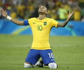 Brazils forward Neymar celebrates scoring the winning goal during the penalty shoot-out of the Rio 2016 Olympic Games mens football gold medal match on August 20, 2016