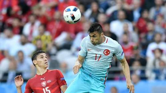 Czech Republics midfielder David Pavelka (L) vies with Turkeys forward Burak Yilmaz during the Euro 2016 match in Lens on June 21, 2016