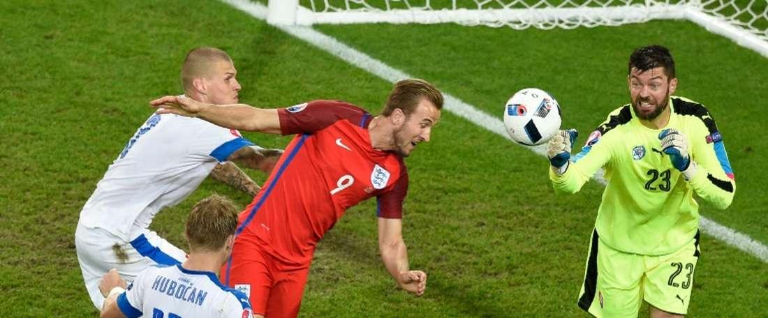 El portero de Eslovaquia salvó a su equipo en varias ocasiones. AFP
