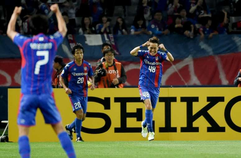 FC Tokyos Kota Mizunuma (right) celebrates after scoring against Shanghai SIPG in the AFC Champions League on May 17, 2016