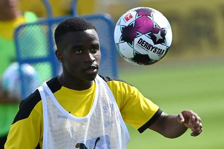 Le jeune Moukoko dans le groupe de Dortmund. GOAL