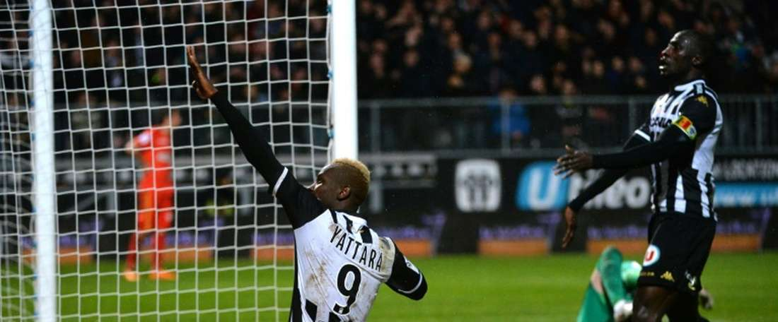 Angers forward Mohamed Yattara (L) celebrates after scoring during the French L1 football match against Monaco on January 30, 2016
