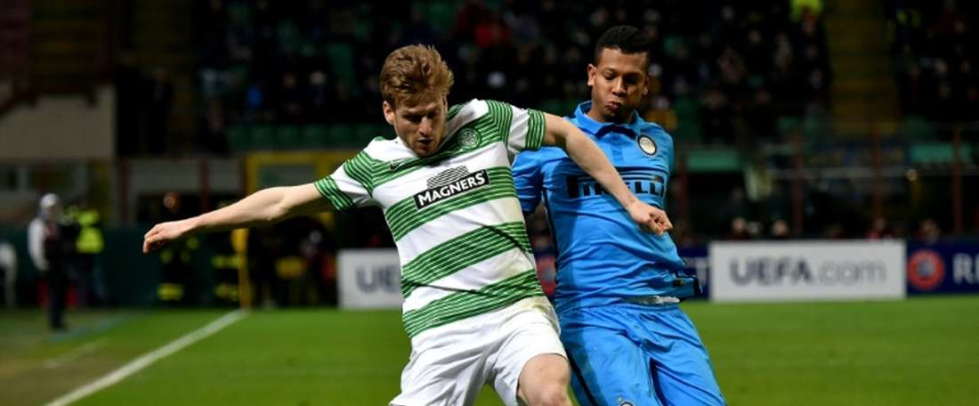 Celtics midfielder Stuart Armstrong (L) during the UEFA Europa League football match Inter Milan vs Celtic on February 26, 2015