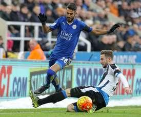 Dummett (d) seguirá siendo baja en el Newcastle hasta noviembre. AFP