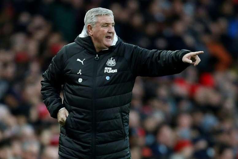 Steve Bruce, técnico do Newcastle, proíbe que seus jogadores deem as mãos. AFP