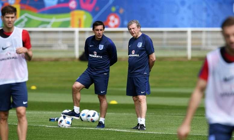 Gary Neville quiere que el fútbol inglés esté más vigilado. AFP/Archivo