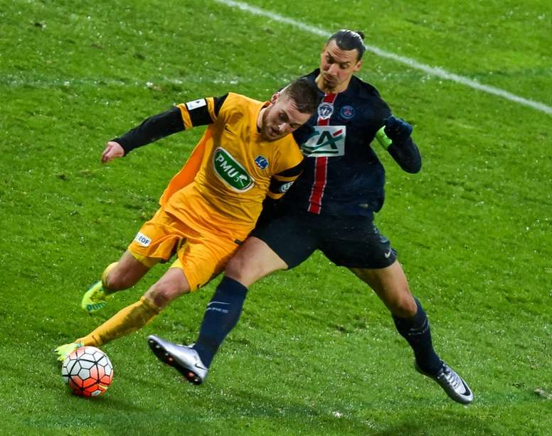 Ibra intenta robar un balón durante el partido de Copa contra el Wasquehal. AFP