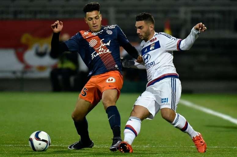 Bensebaini (izq) disputó la pasada temporada en el Montpellier en calidad de cedido. AFP