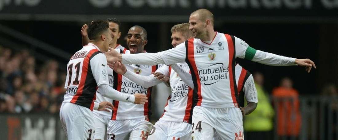 Said Benrahma celebrando un gol juntos a sus compañeros, en el Niza. EFE