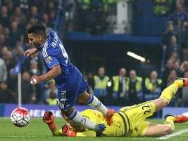 Falcao cae en el área en un partido con el Chelsea. AFP