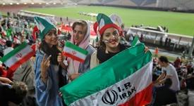 Una iraní se suicidó tras ser condenada por ir a un partido de fútbol. AFP