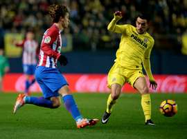 Atletico Madrids forward Antoine Griezmann (L) takes on Villarreals midfielder Roberto Soriano on December 12, 2016