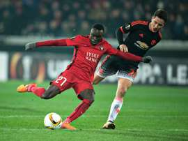 FC Midtjylland's Pione Sisto (L) scores a goal past Manchester United's Ander Herrera. BeSoccer