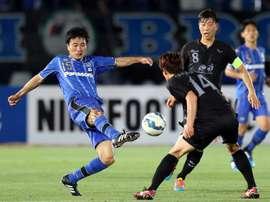 Japans Gamba Osaka midfielder Yasuyuki Konno (L) shoots during the AFC Champions League. AFP