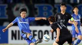 Japans Gamba Osaka midfielder Yasuyuki Konno (L) shoots during the AFC Champions League. AFP