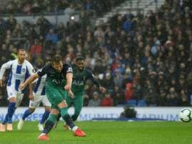 Kane marcó el primero desde los once metros. AFP