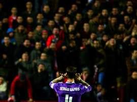 Sarabia passe au-dessus des sifflets de Ramos. AFP