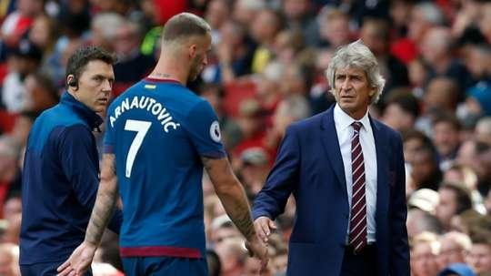 Manuel Pellegrini no logra dar con la tecla en el West Ham. AFP/Archivo