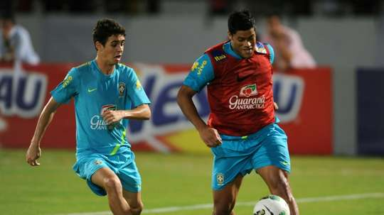 Clubs in Chinas top-tier Super League have over the past year shelled out increasingly extravagant amounts to import foreign stars such as Brazils Oscar (L) and Hulk