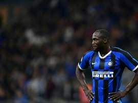 Shaw faz brincadeira com Lukaku após eliminação do Inter. AFP