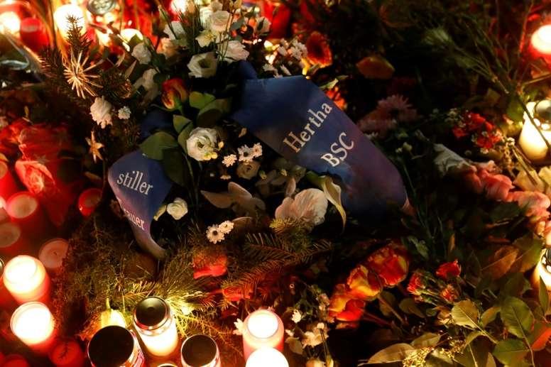 A wreath left by Hertha Berlin lies in front of the Kaiser-Wilhelm-Gedaechtniskirche. AFP