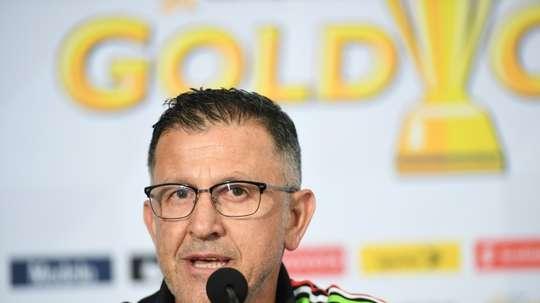 El seleccionador mexicano deberá cumplir seis partidos de sanción por la FIFA. AFP/Archivo
