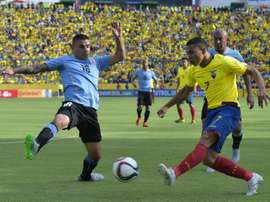 Ecuadors Jefferson Montero (R) vies for the ball with Uruguays Maximiliano Pereira during their Russia 2018 FIFA World Cup South American Qualifiers football match, in Quito, on November 12, 2015