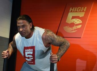 Echan al ex portero-luchador del Werder Bremen por una pelea en el palco. AFP/Archivo