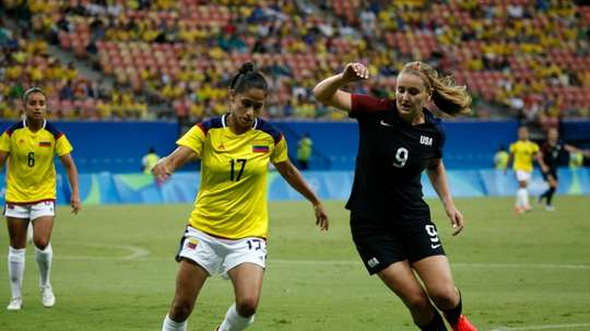 USAs Lindsey Horan (R) fights for the ball with Colombias Carolina Arias during their womens Group G football match, at the Rio 2016 Olympic Games, in Arena Amazonia, Manaus, on August 9