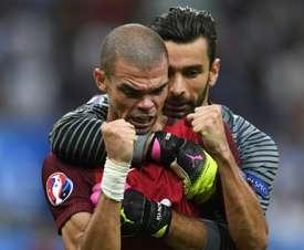 Rui Patrício, junto a Pepe en foto de archivo, podría quedarse en Inglaterra. AFP