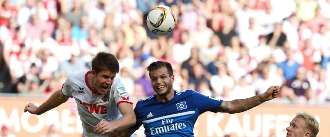 Colognes defender Dominique Heintz (L) and Hamburgs defender Dennis Diekmeier vie for the ball during the German first division Bundesliga football match in Cologne, western Germany, on August 29, 2015