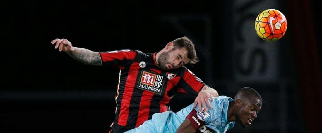Steve Cook podría irse al Watford. AFP
