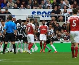 Arsenal vence e BenÍtez balança no cargo. AFP