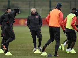 José Mourinho observe ses joueurs los d'un entraînement. AFP