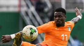 Aurier se lesionó en el descanso golpeando una mesa. AFP