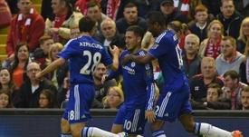 John Obi Mikel abraza a Hazard tras un gol del belga. AFP