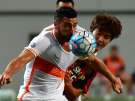 Graziano Pelle fights for the ball with FC Seoul player Kwak Tae-Hwi. AFP