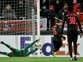Segundo gol do jogo marcado por Özil. AFP