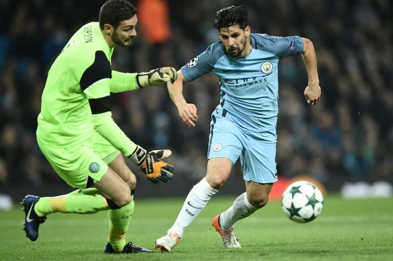 Manchester Citys Spanish midfielder Nolito (R) vies with Celtics Scottish goalkeeper Craig Gordon during the UEFA Champions League group C football match between Manchester City and Celtic on December 6, 2016