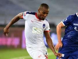 El jugador francés Florent Malouda falló el penalti pitado tras el piscinazo de Marcelinho. AFP